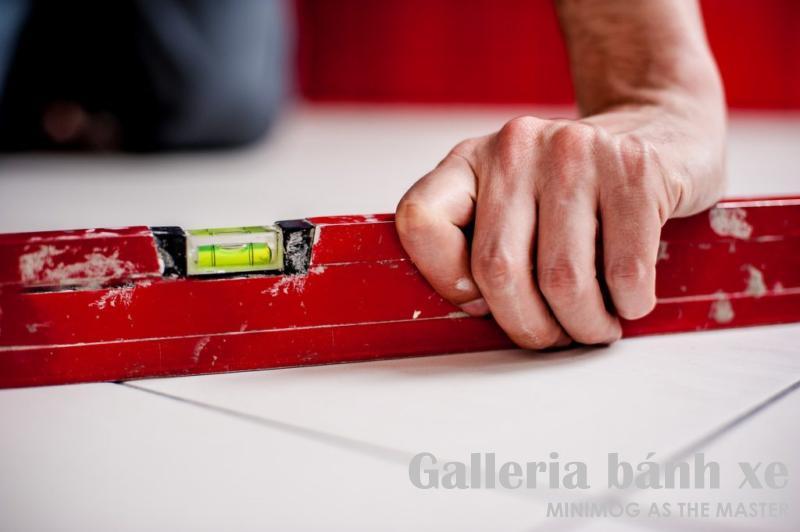 Khi lắp đặt bánh xe chân tăng chỉnh nên dùng thước livo để kiểm tra độ cân bằng