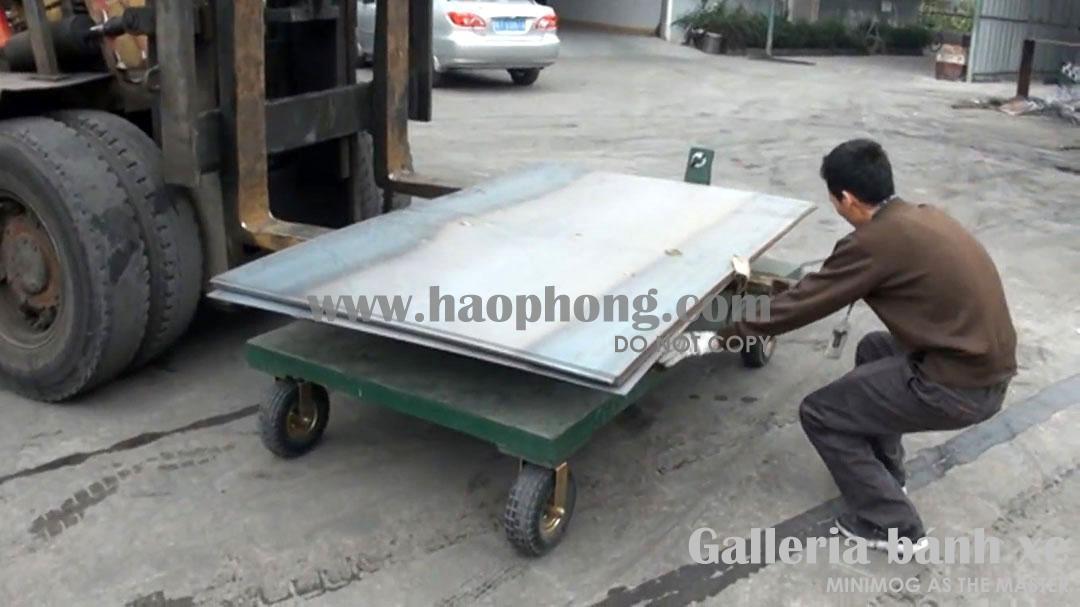 Đặt và cố định tải là các tấm thép nặng lên trên sàn xe đẩy