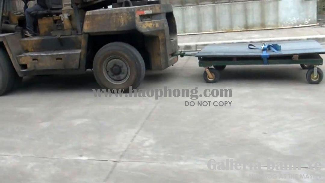 Xe đẩy hàng lắp bánh xe cao su lốp hơi được kéo đi bằng đầu máy xe nâng hàng