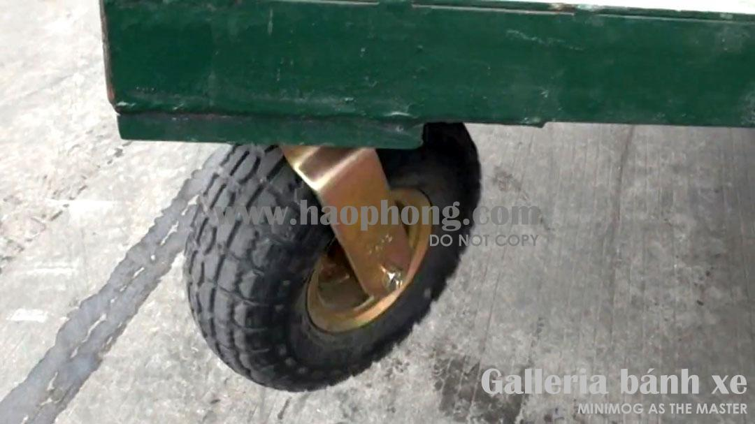 Bánh xe cao su lốp hơi vẫn hoạt động tốt: bề mặt lốp không có dấu hiệu bị mòn, xé. Cổ xoay hoạt động trơn tru